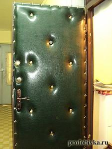 дутая обивка и перетяжка дверей зеленая