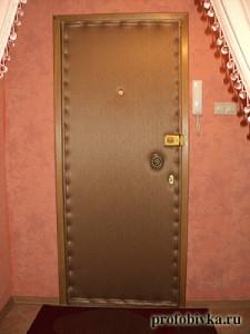 перетяжка дверей золотая обивка
