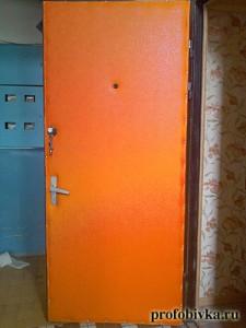 оранжевая обивка металлической двери