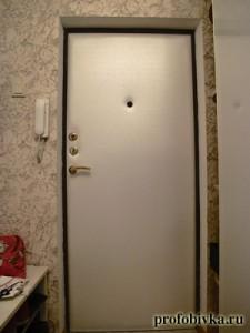 обивка металлических дверей белой кожей