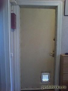 обивка двери с окошком для кошки