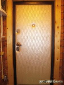 утеплить дверь на даче