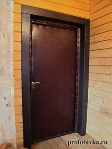 обивка двери в загородном доме