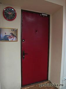 красная обивка входной двери в офисе