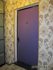 яркая фиолетовая обивка двери