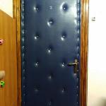 синяя обшивка входной двери