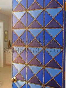 необычное оформление двери мозаикой