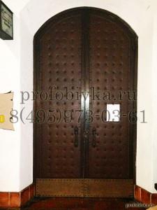 обивка арочной двери с декоративными гвоздями