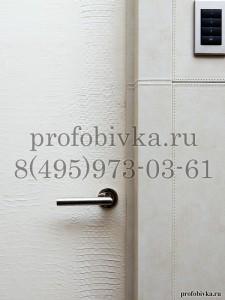 отделка двери белой искусственной кожей крокодил