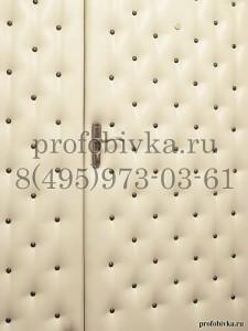 обивка металлической двери с бронзовыми гвоздями