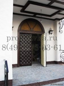 обивка двери с декоративным рисунком