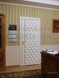 дверь с каретной стяжкой в кабинете руководителя