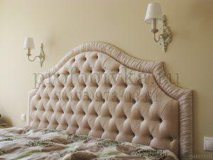 фигурное изголовье кровати в каретной стяжке