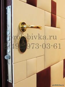 дизайнерская обивка двери кожаными панелями