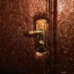 красивая необычная обивка двери с узорами