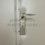 белая обивка металлической двери