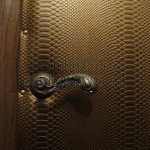 обить деревянную дверь